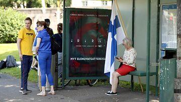 Vastamielenosoittajat kokoontuivat pienen matkan päässä Helsingin Unionkadulla mielenilmaustaan jatkavan ympäristöliike Elokapinan väestä 20. kesäkuuta 2021.