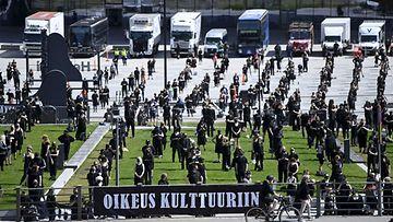 Kulttuuri- ja tapahtuma-alan edustajia järjestäytyneenä Mitta on täysi! -mielenosoituksessa Helsingissä.