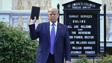 Silloinen Yhdysvaltain presidentti Donald Trump piteli raamattua ylhäällä oikeassa kädessään Lafayette Squarella kesäkuussa 2020.