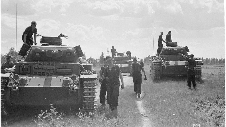 SA-Kuva Saksalaisia tankkeja Latvajärvellä 1941