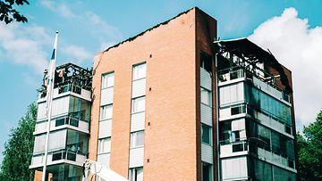 Jälkiraivausta tulipalossa tuhoutuneen kerrostalossa Savonlinnassa.