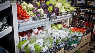 AOP Lähiruokaa ja vihanneksia helsinkiläisessä ruokakaupassa.