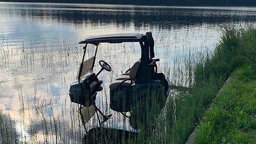 Nilsiäläisen Tahko Golf Clubin golfauto päätynyt viime yönä tuntemattomasta syystä Syväri-järveen. 1