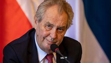 Tsekin presidentti Milos Zeman mikrofonin ääressä.