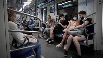 Moskovalaisia metrossa.
