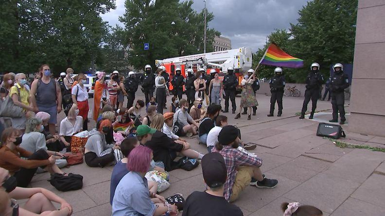 OMA Luvaton mielenosoitus keräsi Mannerheimin patsaalle yli 100 ihmistä.