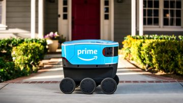 Amazon Scout -lähettirobotti liikkuu jalkakäytävillä kävelytahtia. Se toimittaa tällä hetkellä paketteja asiakkaille neljässä paikassa Yhdysvalloissa.