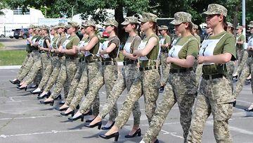 Ukrainan naissotilaat marssivat korkokengissä
