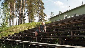 Anne Repo istuu jokiareenan katsomossa ja ihailee jokea.