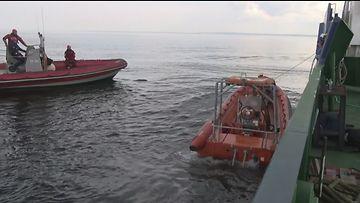 Pelastuslaivoja meressä.