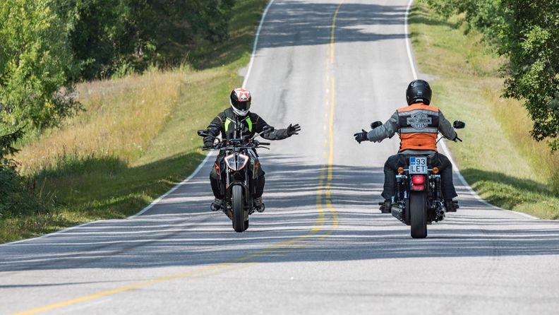 liikenneturva moottoripyörä moottoripyöräily tervehdys liikennekulttuuri