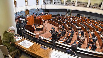 Eduskuntasalissa äänestetään EU:n elvytyspaketista. Etualalla äänestystä permannolta seuraavia toimittajia.