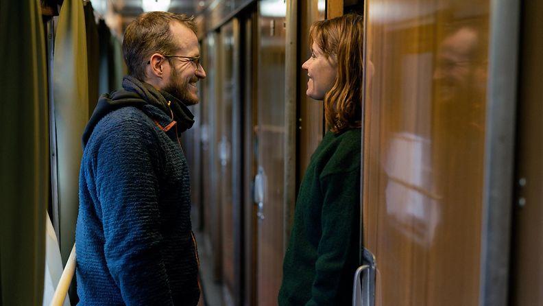 Elokuvan Hytti nro 6 ohjaaja Juho Kuosmanen ja näyttelijä Seidi Haarla kuvauksissa.