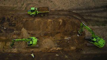 Ilmakuva kaivureista, jotka kaivavat minkkien ruhoja ylös armeijan alueella lähellä Nørre Feldingiä Tanskassa toukokuussa.
