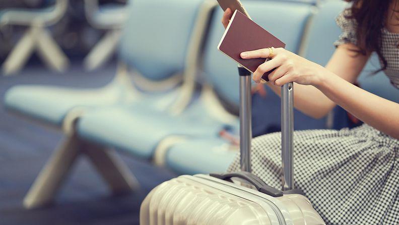 nainen lentokentällä