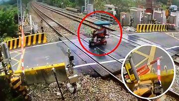 Vanhus vähät välittää junan tulosta – ajaa valvontakameravideolla kapinallisesti puomin kumoon Taiwanissa!