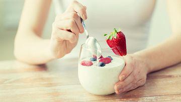 nainen syö jogurttia