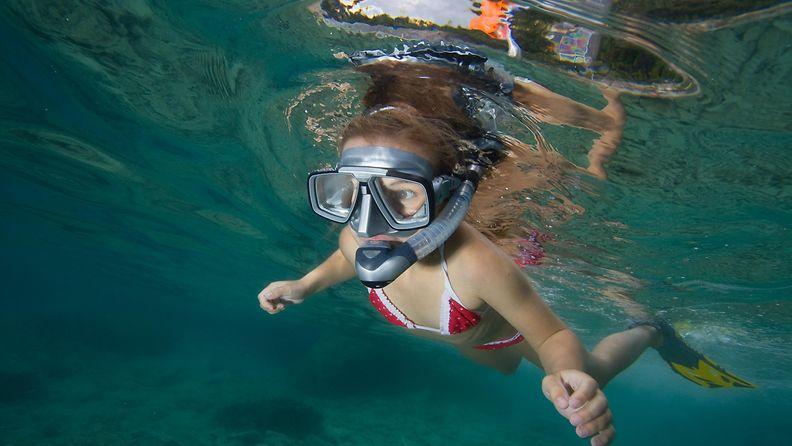 Lapsi sukeltaa järvessä. 144290308