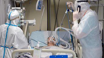 Koronaviruksen aiheuttamaa tautia sairastavaa potilasta hoidetaan venäläisen sairaalan teho-osastolla.