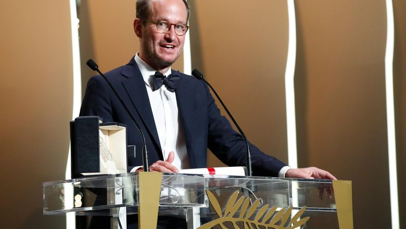Juho Kuosmanen ottaa vastaan Grand Prix -palkinnon.