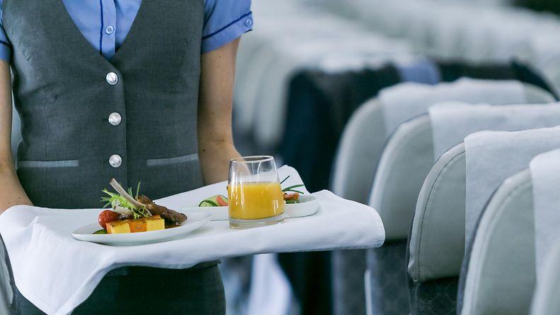lentoemäntä tarjoilee ruokaa