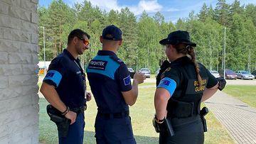 Kolme suomalaista rajavartijaa Valko-Venäjän vastaisella rajalla aurinkoisena kesäpäivänä.