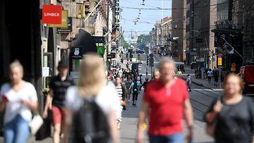 Ihmisiä Helsingin kadulla.