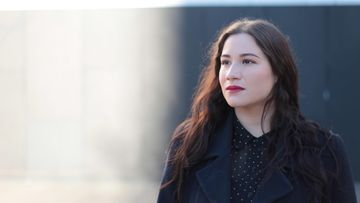 Laulaja Sharon Rubanovitsch kuvattuna ulkona tummissa vaatteissa.