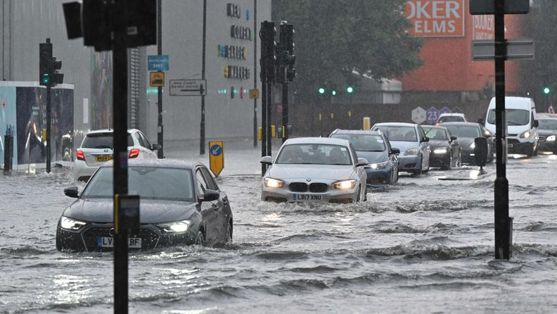 LK: Lontoon tulvat, rankkasateet, liikenne