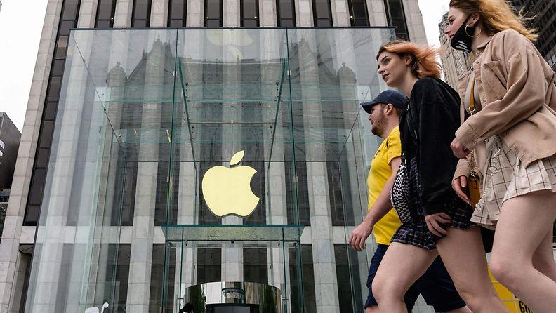 Naiset kävelevät Applen kaupan ohi New Yorkissa.