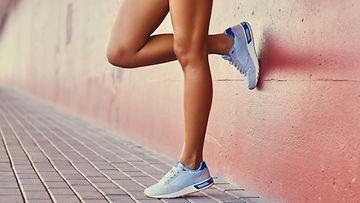 tyttö tennarit jalassa