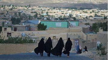 Naisia kävelemässä Ghaznin kaupungissa Afganistanissa.