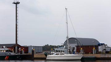 Varastettu valkoinen purjevene satamassa.