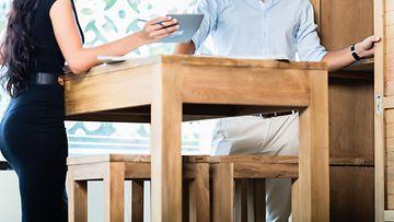 Pariskunta ostaa huonekaluja