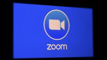 Zoomin sinivalkoinen logo hohtaa näytöllä.