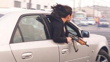 Poliisin kuva nainen roikkui auton ikkunasta kivääri kädessään