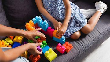 lastenhoitaja leikkii lapsen kanssa