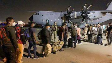 Ranskalaisia ja afgaaneja evakuoidaan Kabulin lentokentältä.