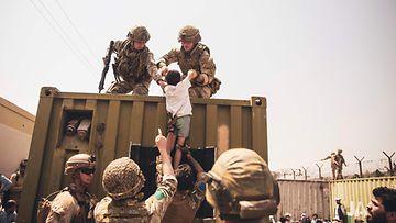 Yhdysvaltalaissotilaat nostivat lasta evakuoinnin aikana Kabulin lentokentällä 19. elokuuta.