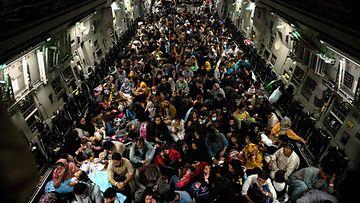 Yhdysvaltalaiskone täyttyi Kabulin lentokentältä evakuoiduista ihmisistä 19. elokuuta.