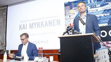 Kokoomuksen puheenjohtaja Petteri Orpo ja eduskuntaryhmän puheenjohtaja Kai Mykkänen (oik) kokoomuksen eduskuntaryhmän kesäkokouksessa Tampereella 24. elokuuta 2021.