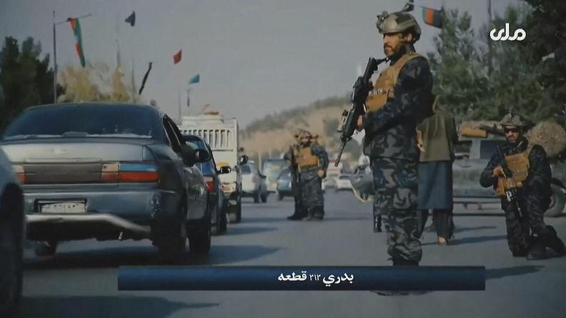 Talebanin erikoisjoukkoa propagandavideolla valvomassa autoliikennettä.