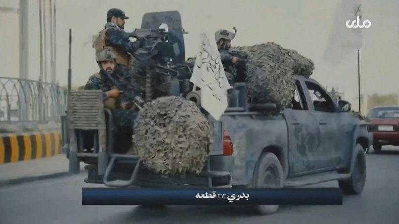 Talebanin erikoisjoukkoja propagandavideolla aseistetun auton kyydissä.