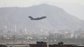 Lentokone nousee Kabulin lentokentältä.