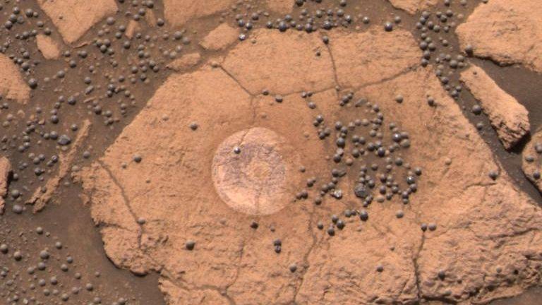 Mustikan näköisiä kivimuodostelmia Marsissa