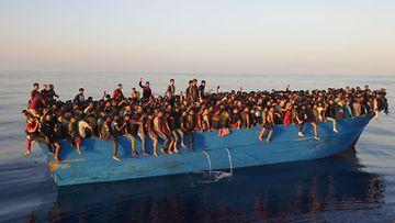 Siirtolaisia veneessä Välimerellä