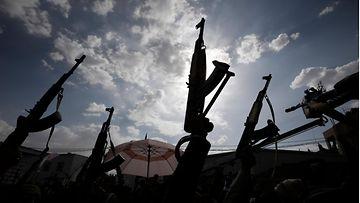 Houthien kannattajia AK47-rynnäkkökiväärien kanssa.