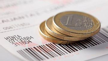 Veikkauksen pelilappu ja euron kolikoita.