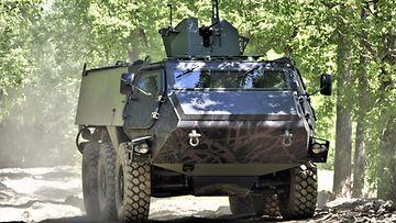 Patrian panssariauto pöristelee metsäpolulla.