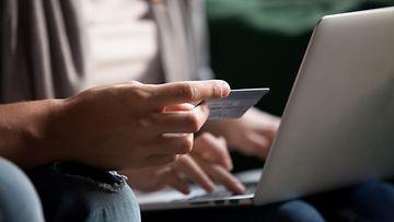 shutterstock verkkokauppa kuluttaja läppäri tietokone pankkikortti luottokortti shoppailu